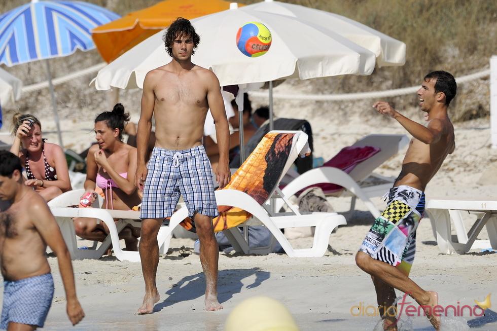 Rafa Nadal juega con amigos en la playa