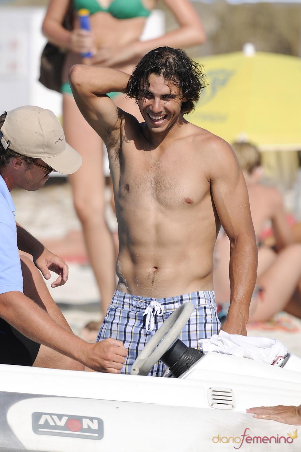 Rafa Nadal enseña torso en la playa