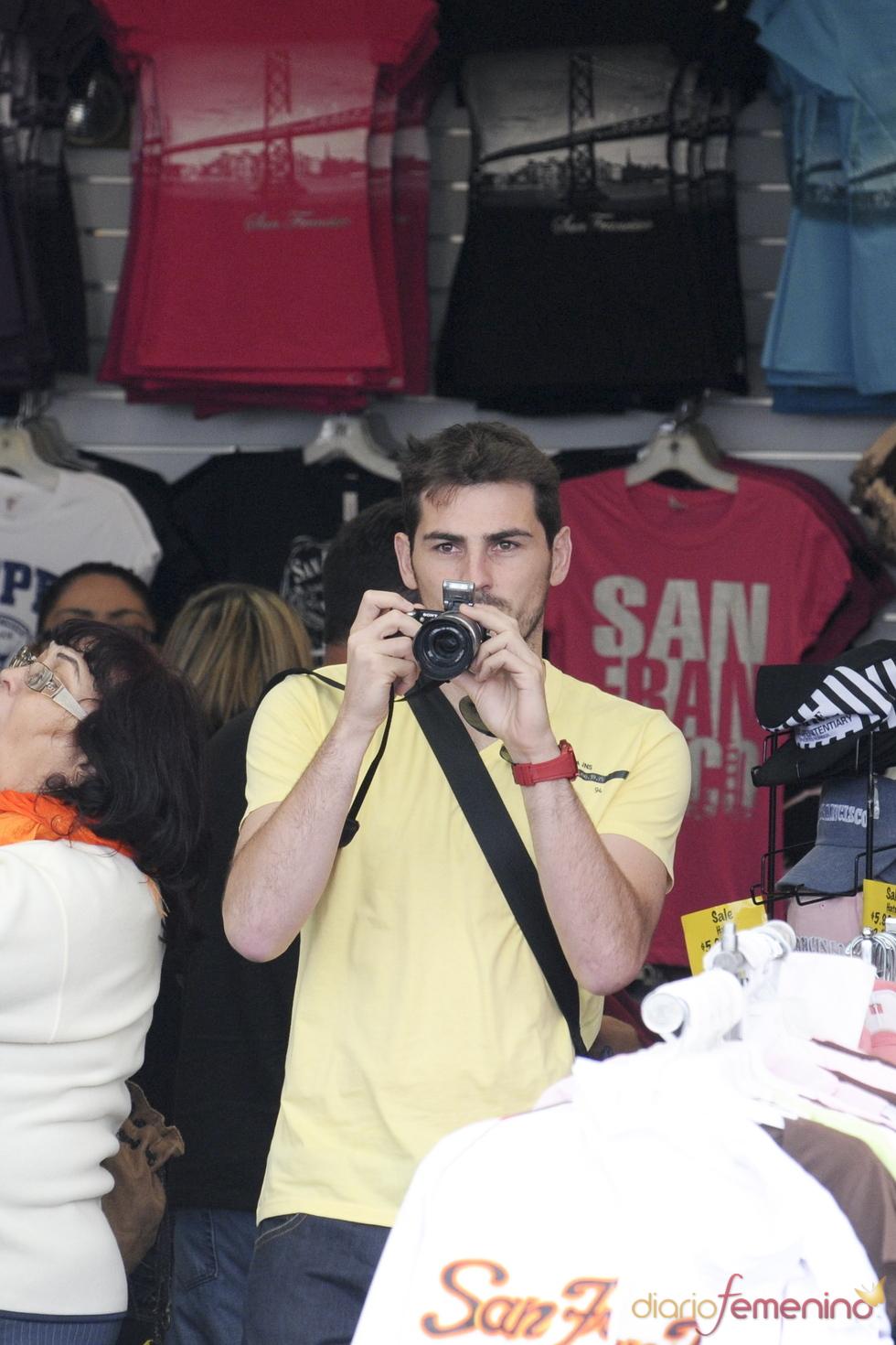 Iker Casillas hace fotos en una tienda de San Francisco