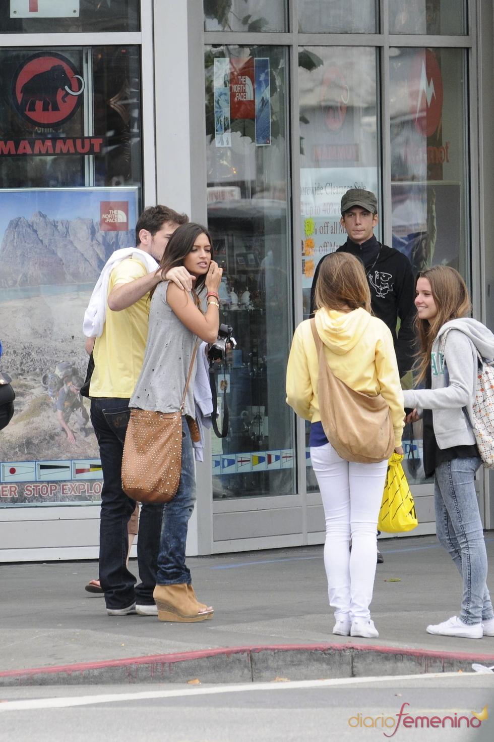 Iker Casillas y Sara Carbonero, con unas admiradoras en San Francisco