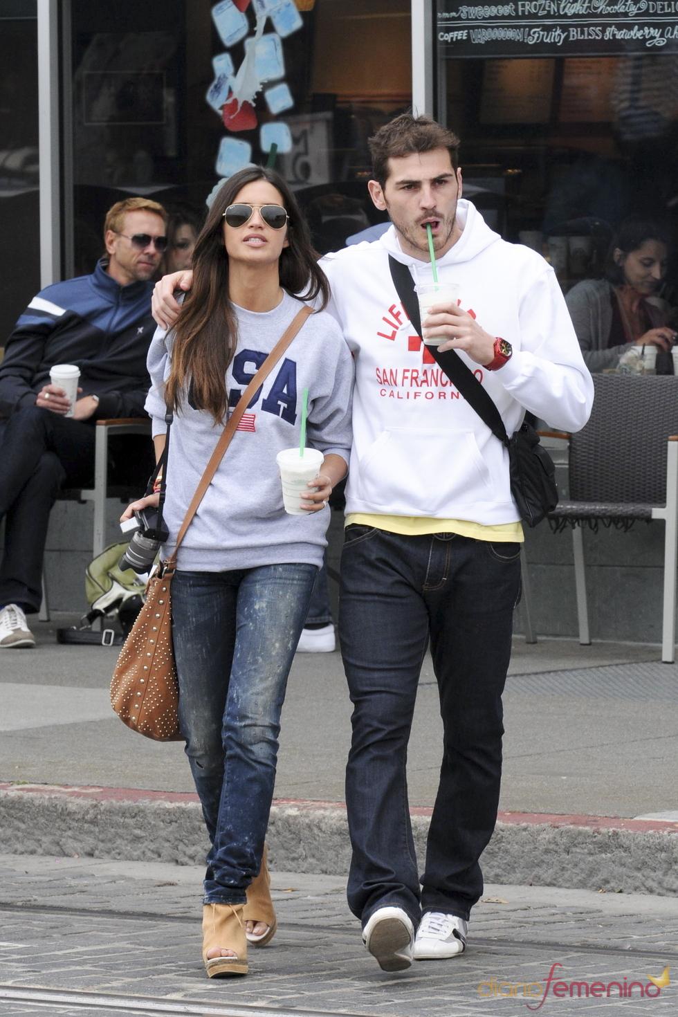 Iker Casillas y Sara Carbonero bebiendo un refresco en San Francisco