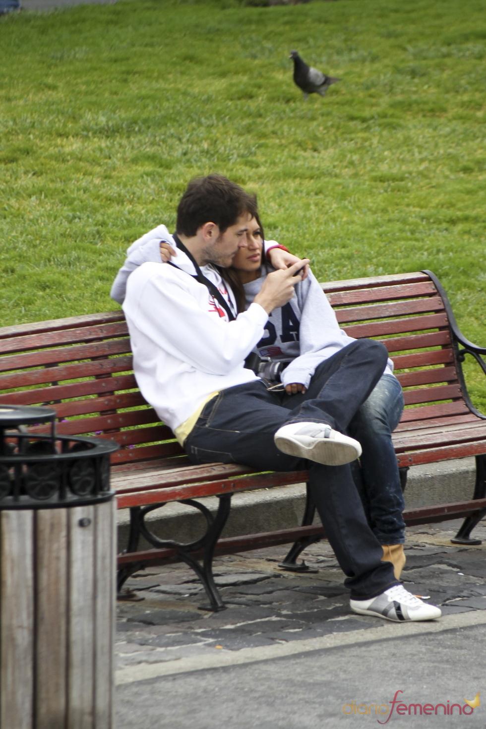 Iker Casillas y Sara Carbonero abrazados en un parque de San Francisco