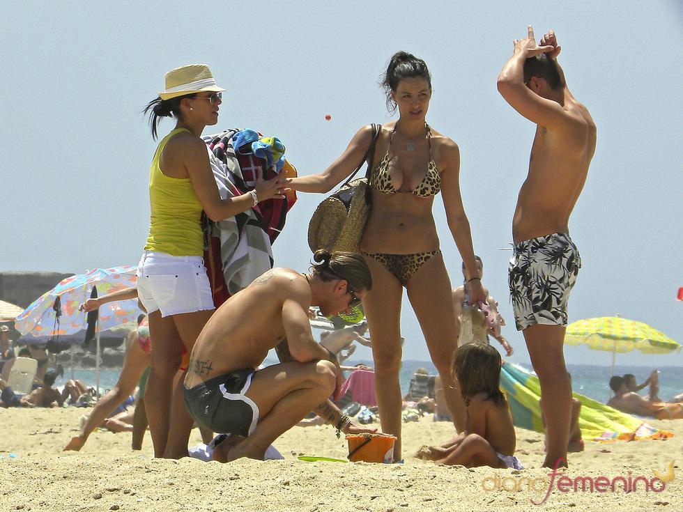 Sergio Ramos haciendo castillos de arena al lado de Vania Millán