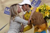 Cameron Diaz felicita a Alberto Contador por su maillot amarillo