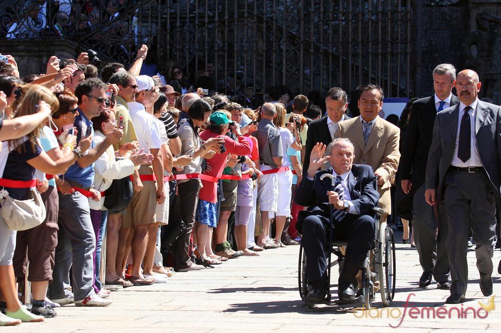 Manuel Fraga saluda desde su silla de ruedas