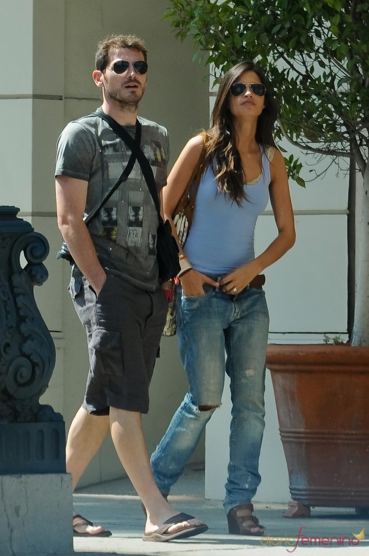 Iker Casillas y Sara Carbonero pasean por Rodeo Drive