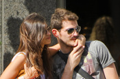 Iker Casillas y Sara Carbonero observan los escaparates de Beverly Hills