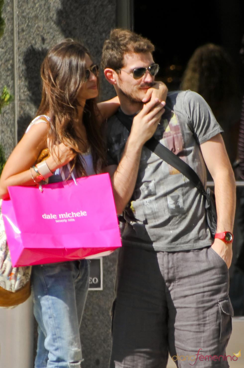 Iker Casillas y Sara Carbonero no se separan durante su mañana de compras