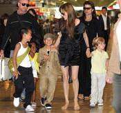 Angelina Jolie llega con sus hijos a Japón