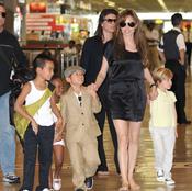 Angelina Jolie feliz con sus hijos tras aterrizar en Japón