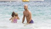 Pepe Reina juega en el agua con sus dos hijas durante sus vacaciones en Ibiza