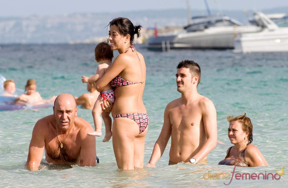 David Villa se refresca en las aguas de Ibiza con sus padres, su hija y su mujer Patricia