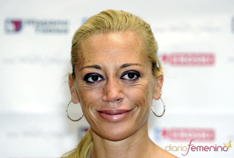 Belén Esteban sonríe durante el evento de donación