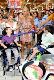 Belén Esteban bromea con los niños durante el evento