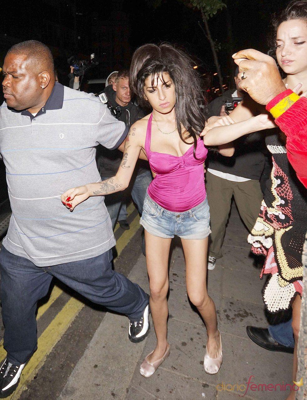 Amy Winehouse borracha pierde el equilibrio