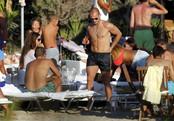 Wesley Sneijder toma una copa en una playa de Ibiza