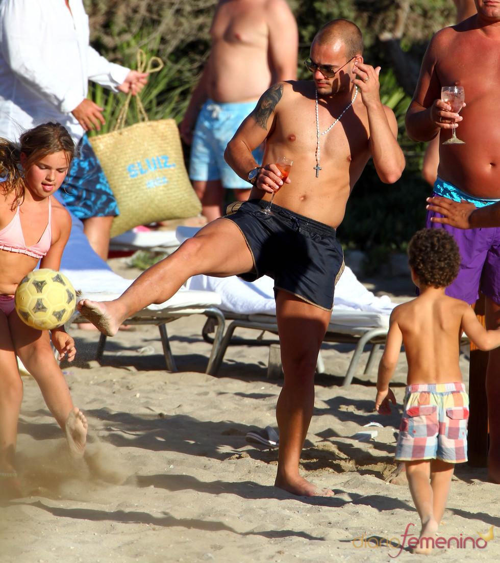 Wesley Sneijder juega con los niños en Ibiza