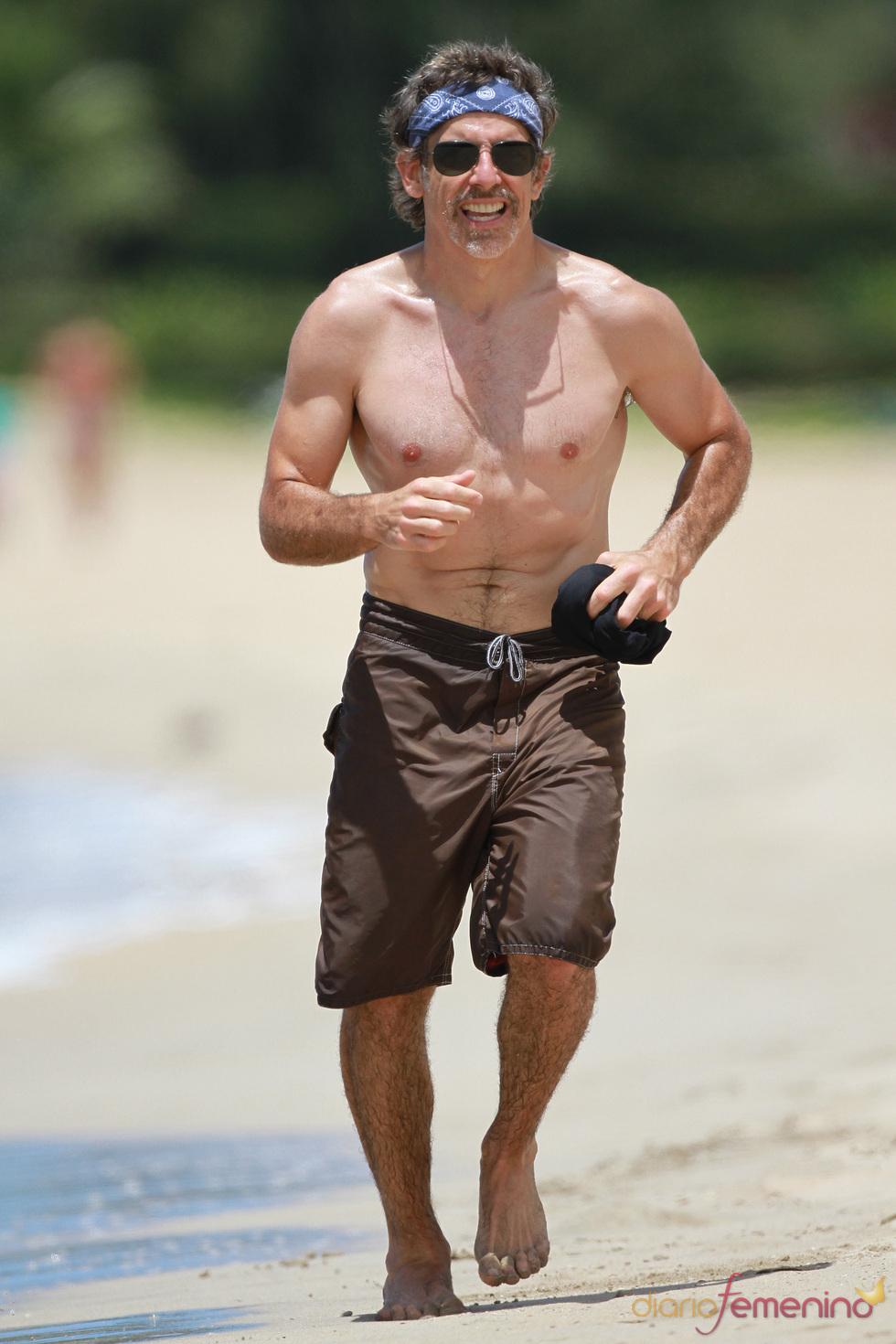 Ben Stiller corre sin camiseta por las playas de Hawai.