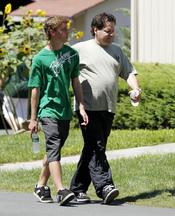 El hermano de Bill Clinton pasea antes de la cena previa a la boda de Chelsea Clinton