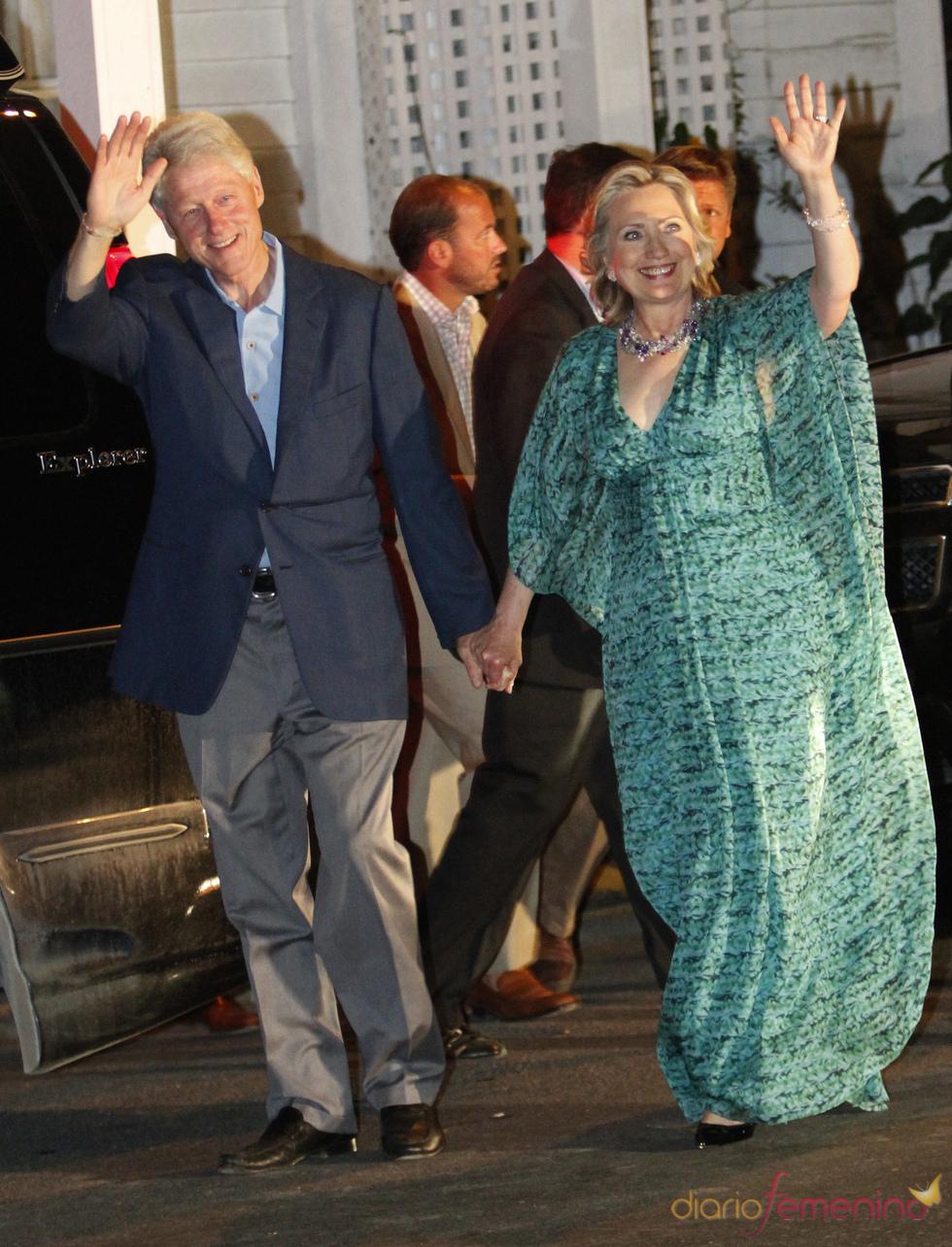 Bill Clinton y su mujer Hillary abandonan la fiesta previa al matrimonio de Chelsea