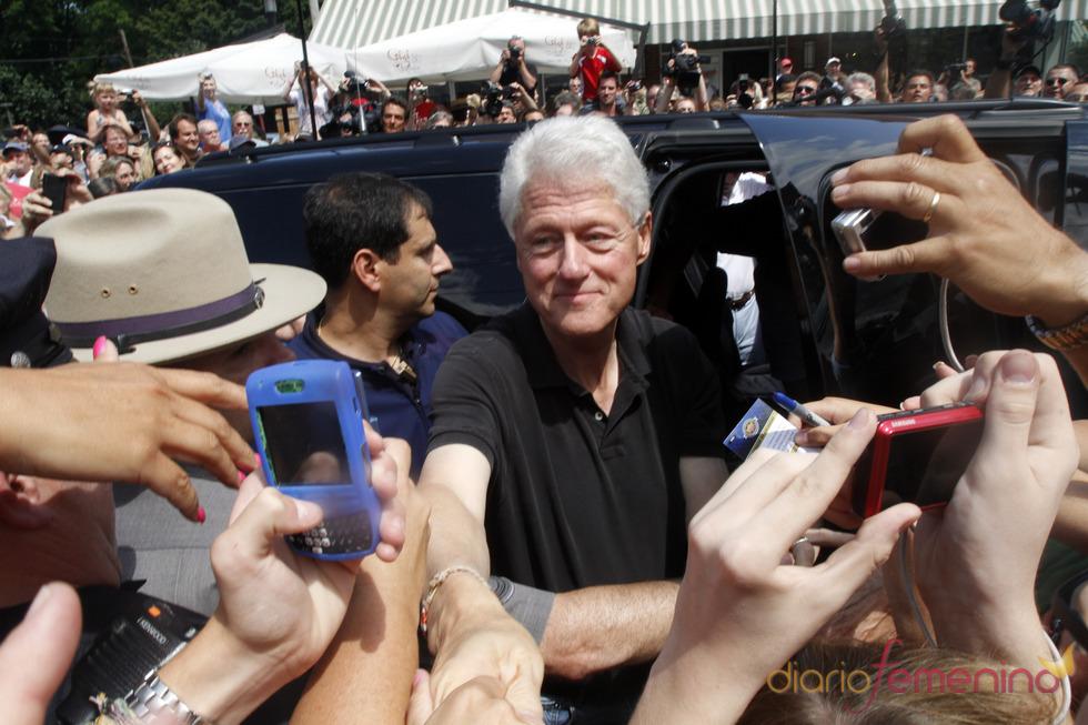 Bill Clinton amable con el público a la salida de la cena previa al enlace