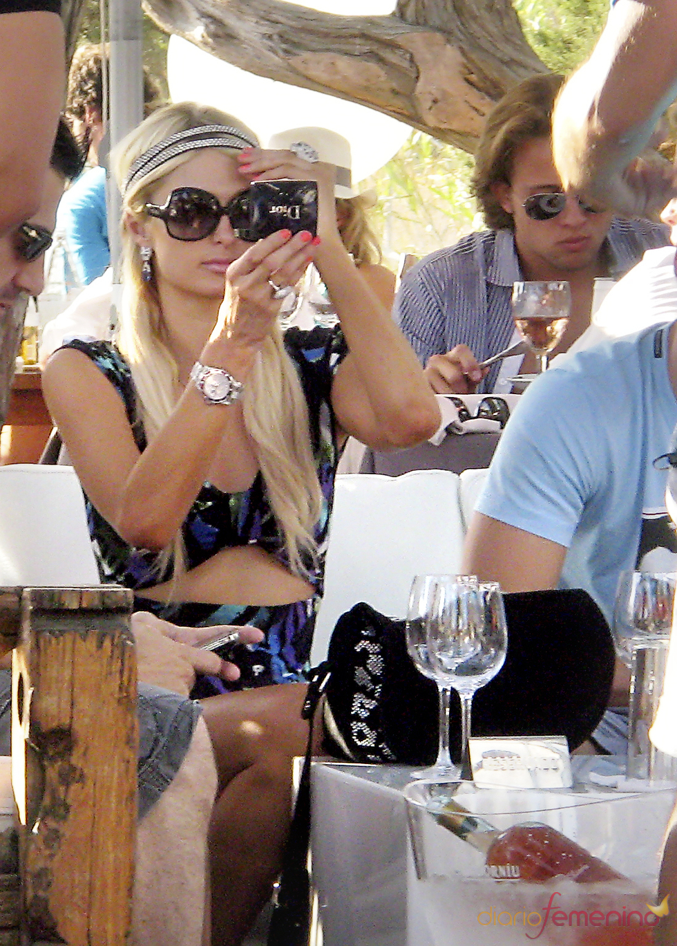 Paris Hilton se retoca el maquillaje antes de conquistar Ibiza