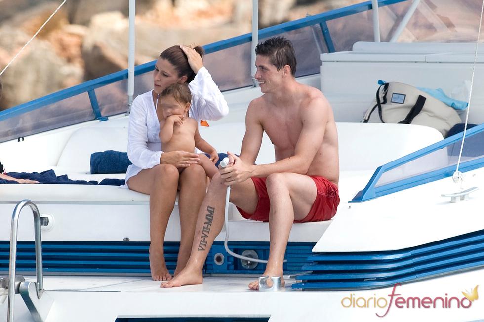 Fernando Torres feliz junto a su familia en un yate