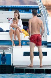 Fernando Torres se da un baño mientras su esposa Olalla cuida de su hija