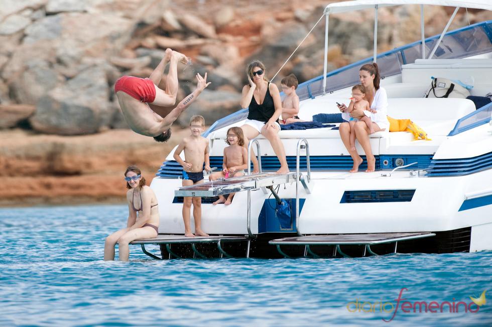 Fernando Torres hace la voltereta en el aire en Ibiza