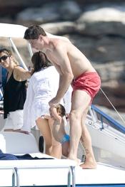 Fernando Torres juega con su hija Nora en la cubierta del yate en Ibiza
