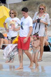 Fernando Torres se dispone a subir al yate en Ibiza