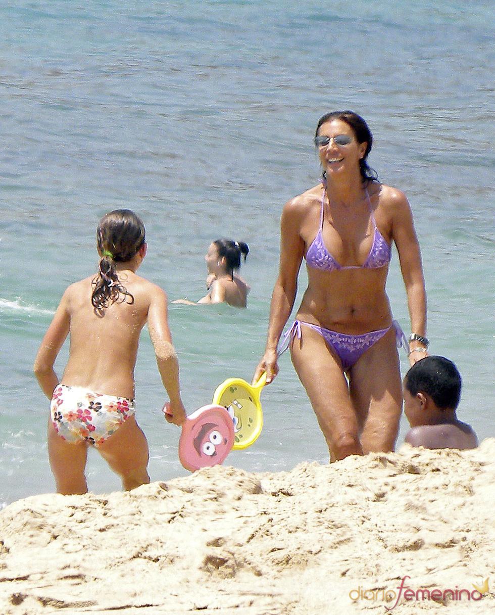 Pastora Vega se divierte con sus hijos jugando a las palas en un playa