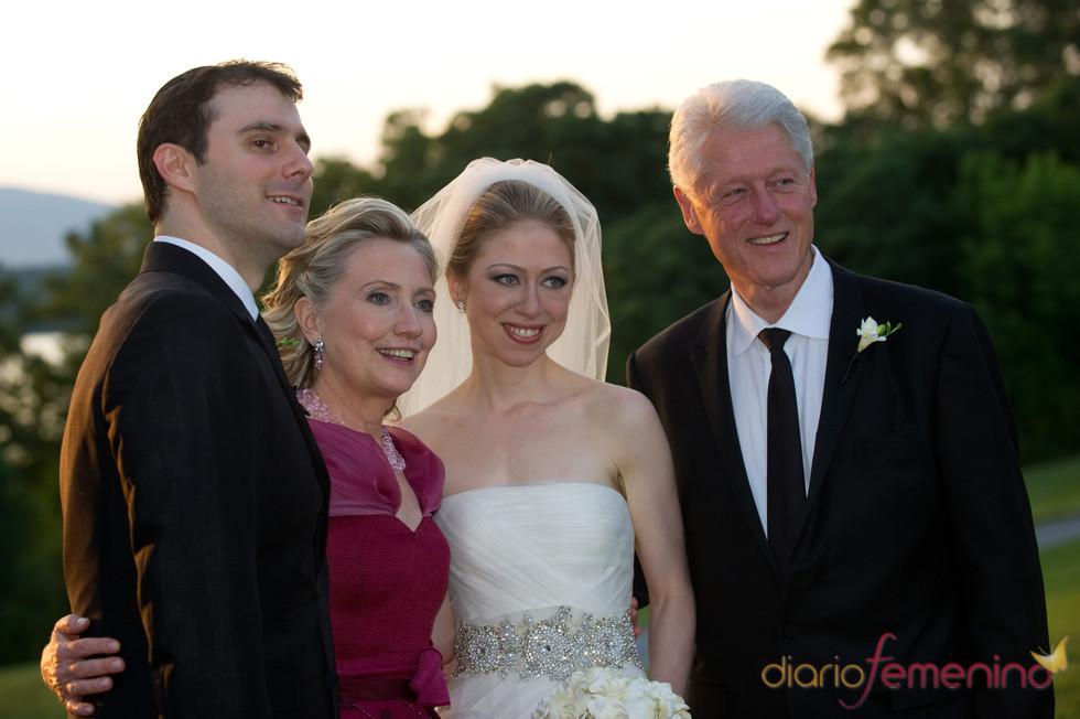 Chelsea Clinton posa feliz con sus padres y su marido