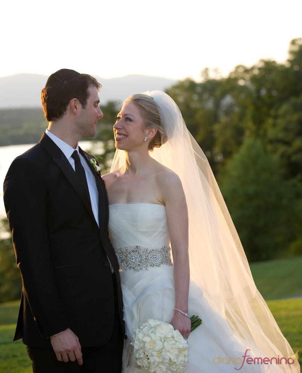 Chelsea Clinton y Marc Mezvinsky ya convertidos en marido y mujer