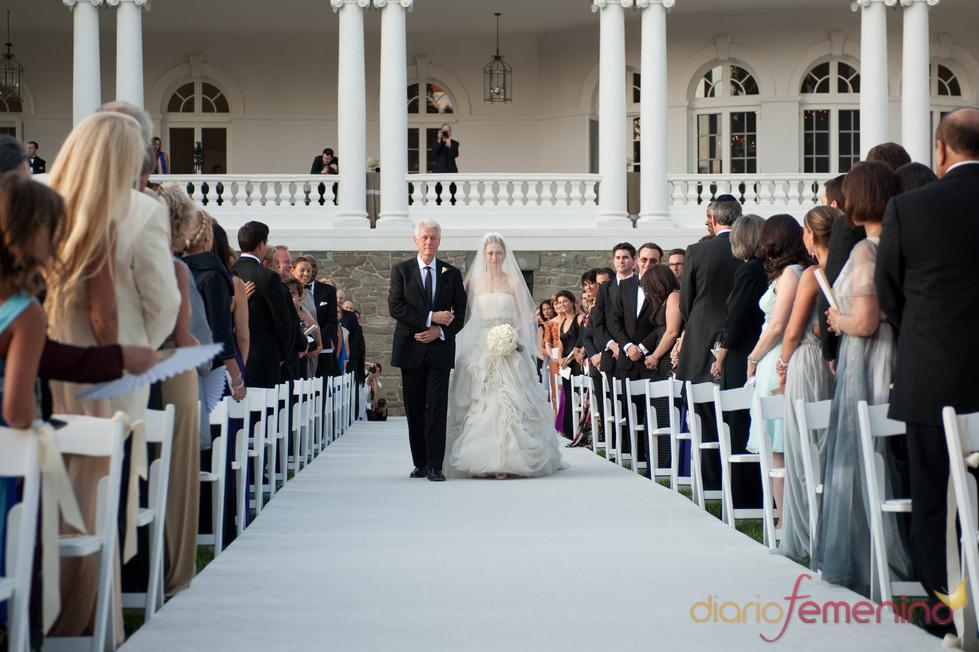 Chelsea Clinton camina hacia el altar con su padre Bill
