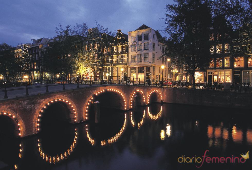 Vista nocturna de un canal de Ámsterdam