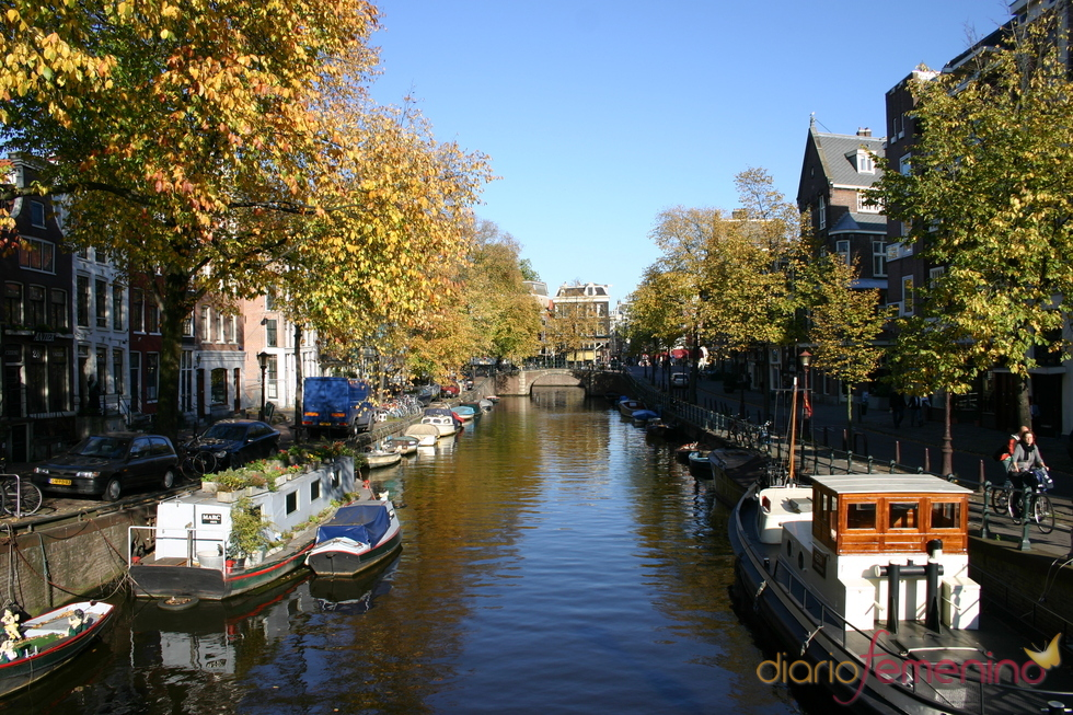Los barcos descansan a ambos lados de un canal de Ámsterdam