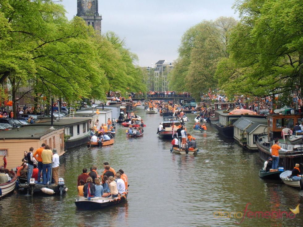 Los canales de Ámsterdam llenos durante el Día de la Reina