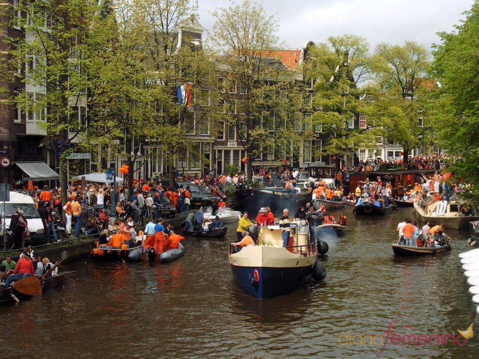 Los canales de Ámsterdam muestran su cara más festiva el Día de la Reina