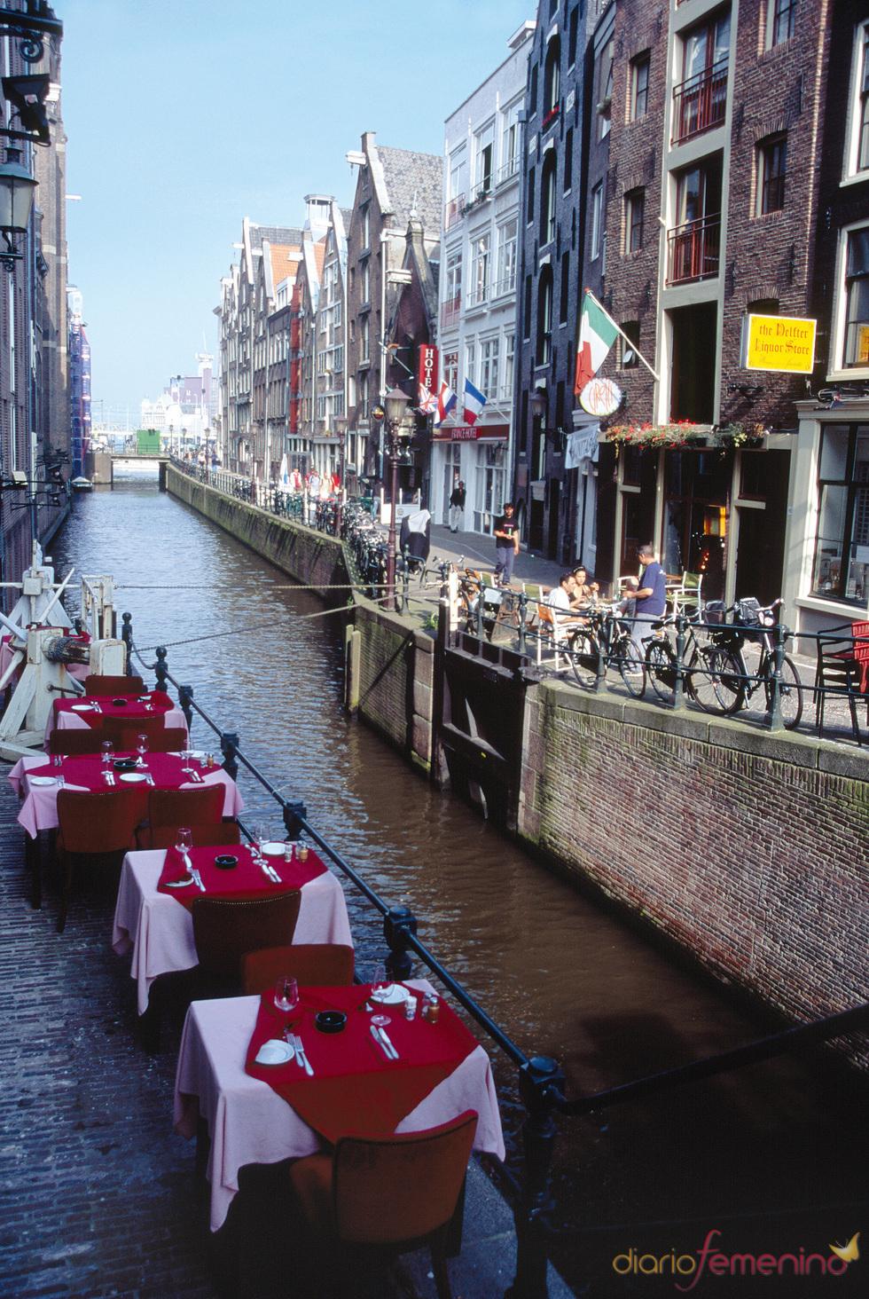 Los canales son uno de los mayores reclamos turísticos de Ámsterdam