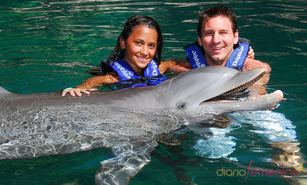 Messi y su novia nadan con los delfines