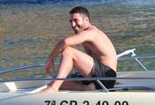 Miguel Ángel Silvestre sonrie en la proa del barco