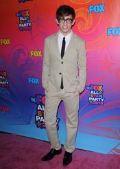 Kevin McHale sonrie a la entrada de la fiesta All-Star de Fox