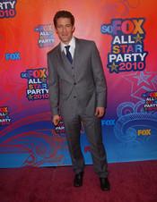 Matthew Morrison posa para las cámaras en la fiesta All-Star de Fox