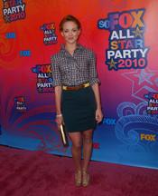 Jayma Mays muy sonriente en la fiesta All-Star de Fox