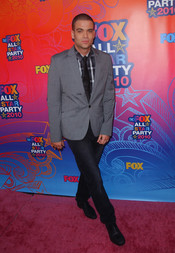 Mark Salling posa para la prensa en la fiesta All-Star de Fox