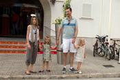 Los Príncipes de Asturias posan con sus hijas