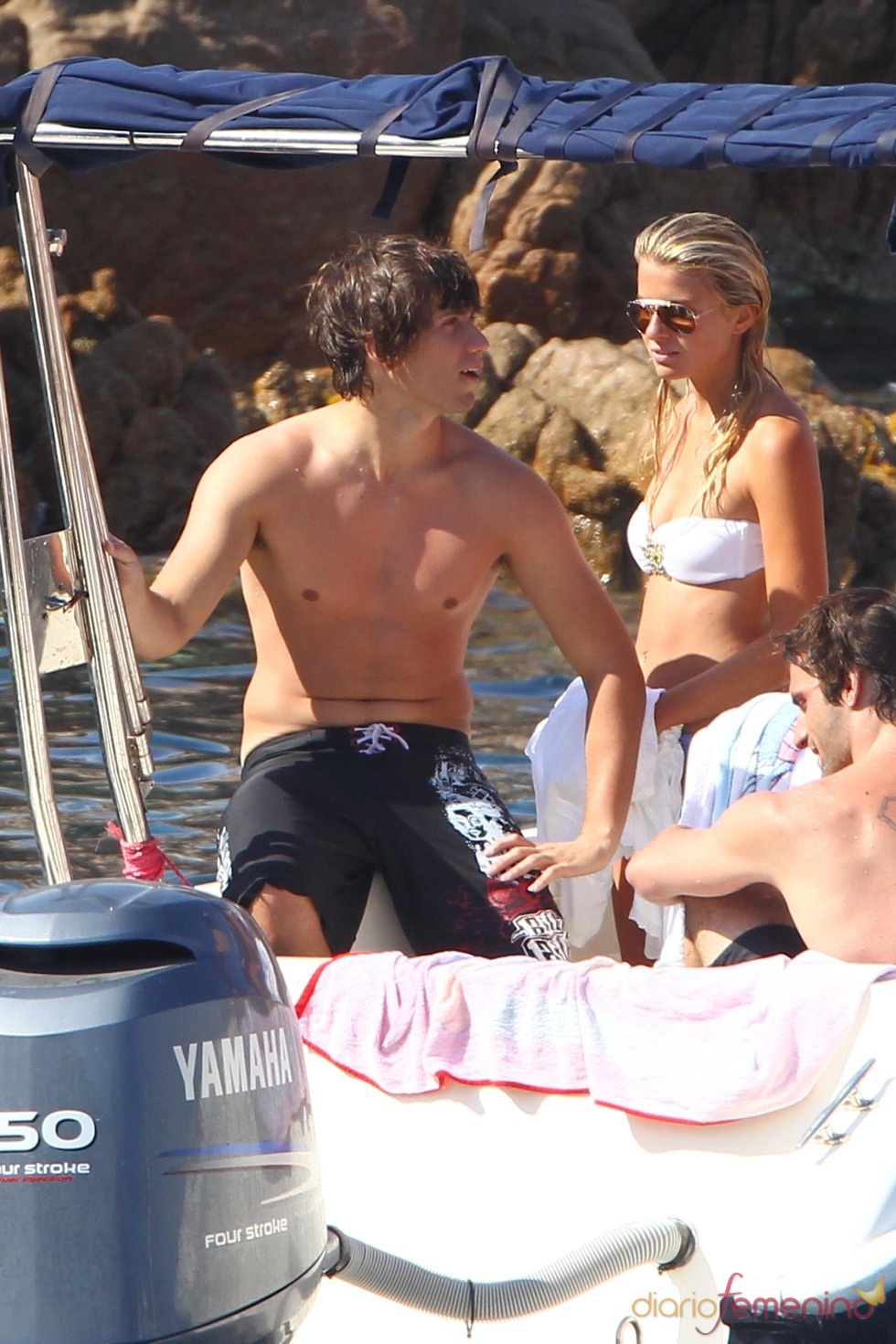 Luigi Berlusconi con su novia y el torso desnudo en Cerdeña