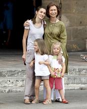 La reina Sofia posa feliz con su nuera y sus nietas