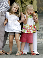 Las infantas Leonor y Sofia posan ante la prensa